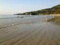 Отлив на пляже Камала
